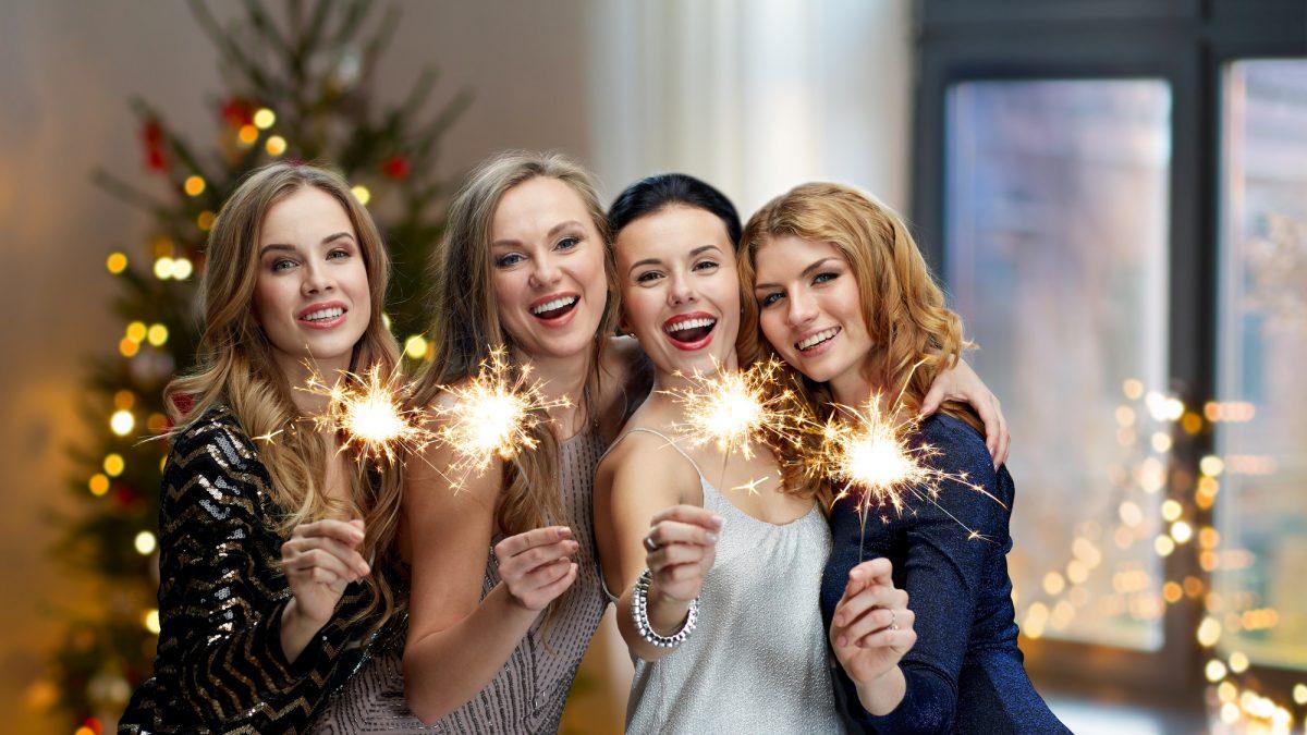 Belles jeunes filles prêtes pour les fêtes de fin d'année