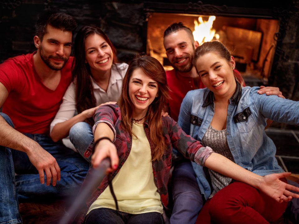 Groupe étudiants heureux de leur tarif jeune de -15% chez imaderm