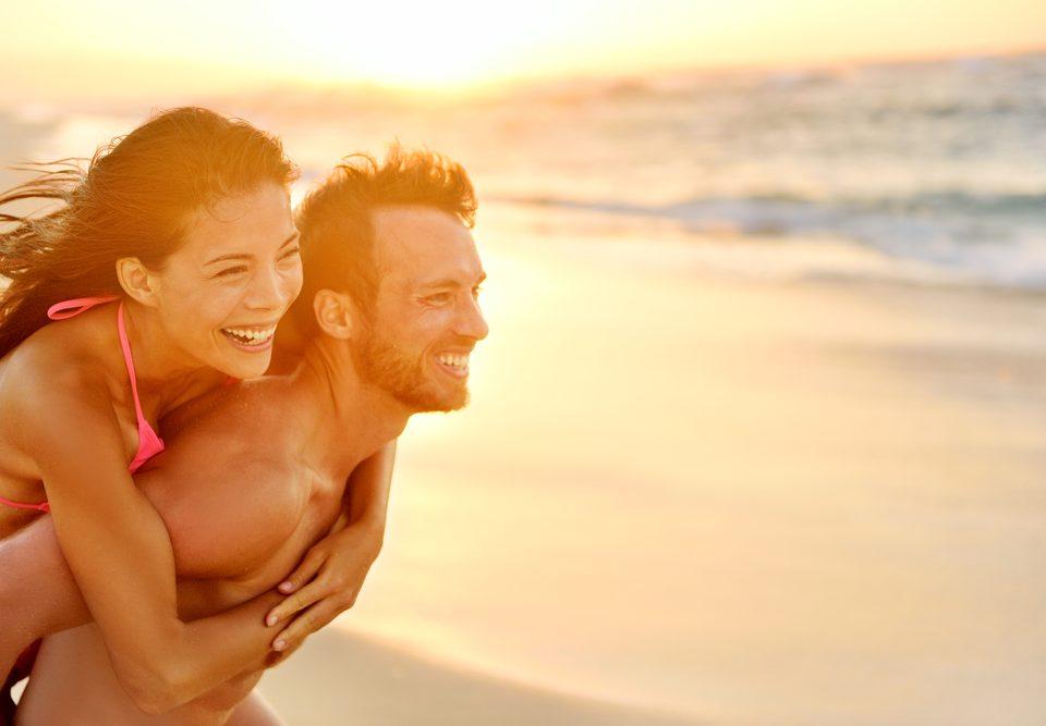 Photo d'un couple bien dans sa tête et dans son corps à la plage en été
