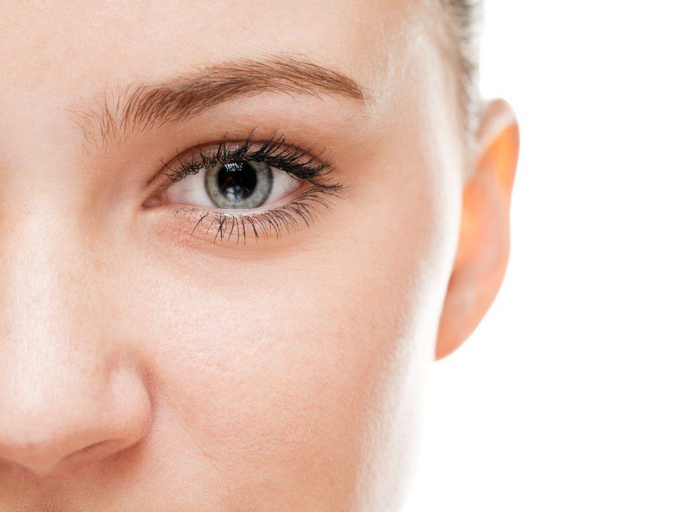 Photo illustrant le visage d'une femme avec mise en valeur de l'oeil pour illustrer un article sur deux techniques pour mettre le regard en valeur