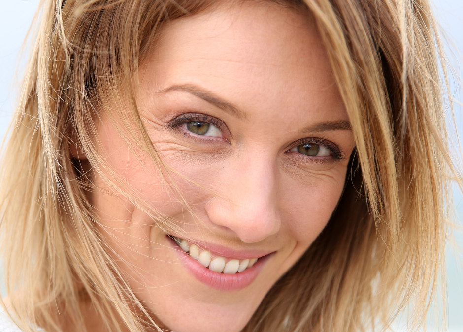 Image montrant une femme souriante avec des petites rides autour des yeux