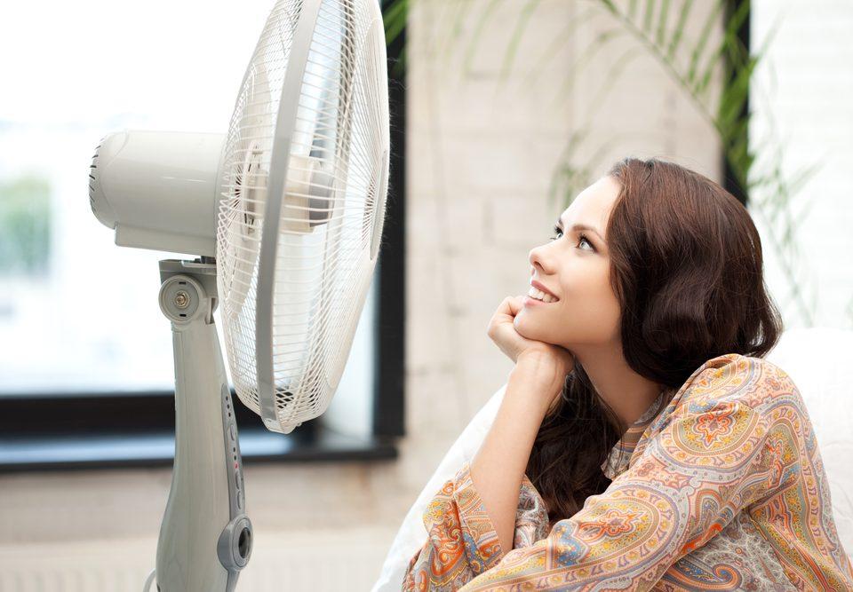 Image de femme qui souffre de la chaleur avec un ventilateur