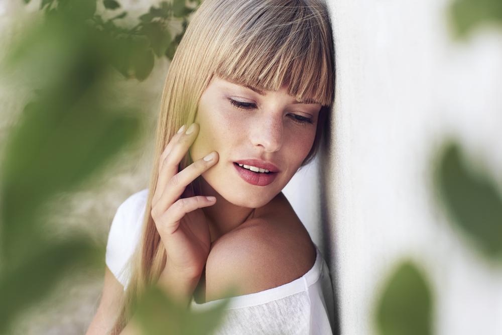 Image de femme belle pour illustrer le Zoom sur les 10 incontournables de la rentrée pour une peau resplendissante