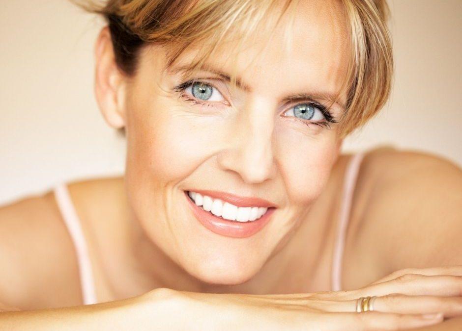 image montrant une femme souriante avec des rides sous les yeux