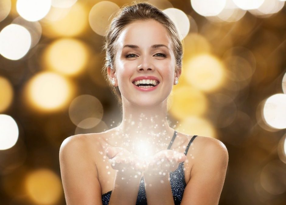 image avec une femme souriant et tenant des paillettes au creux des mains