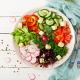 Assiette de salade pour illustrer la nutrition comme allié contre la cellulite chez Imaderm