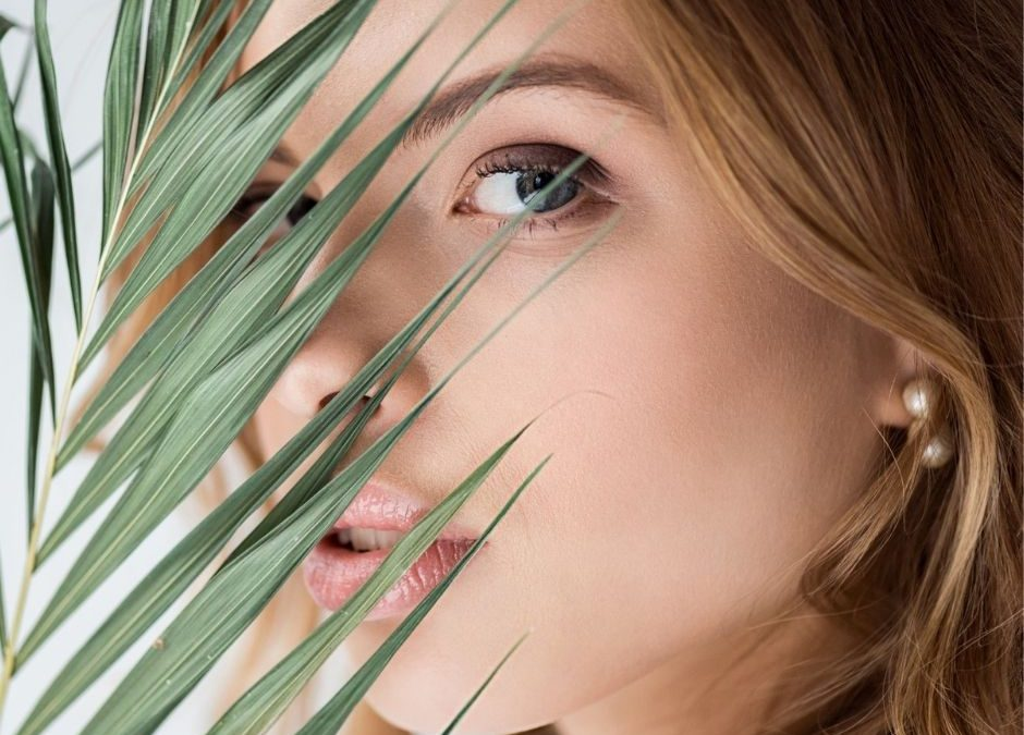 femme avec une belle peau et un contour de l'oeil plus jeune